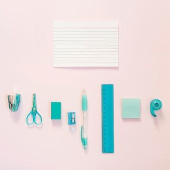 Material escolar azul com notas e cópia espaço