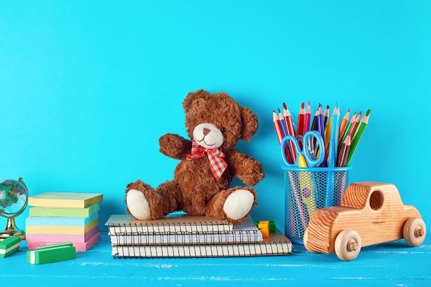Material escolar: caderno, lápis, adesivos, tesoura