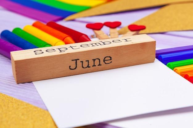 Material escolar colorido com papel em branco e calendário de madeira