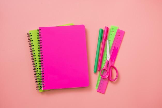 Material escolar colorido em rosa pastel.