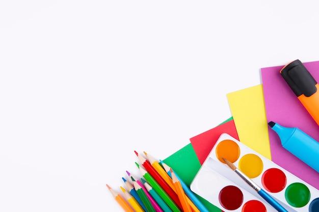 Material escolar colorido isolado no branco