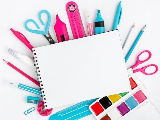 Material escolar colorido, maquete em branco branco caderno. conceito de educação