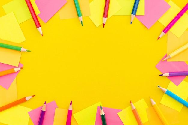 Material escolar colorido sobre um fundo amarelo