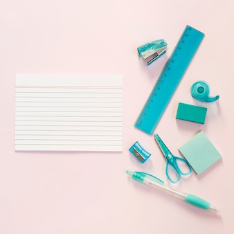 Material escolar com bloco de notas
