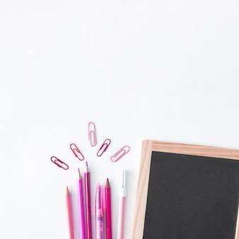 Material escolar com lousa e lápis-de-rosa