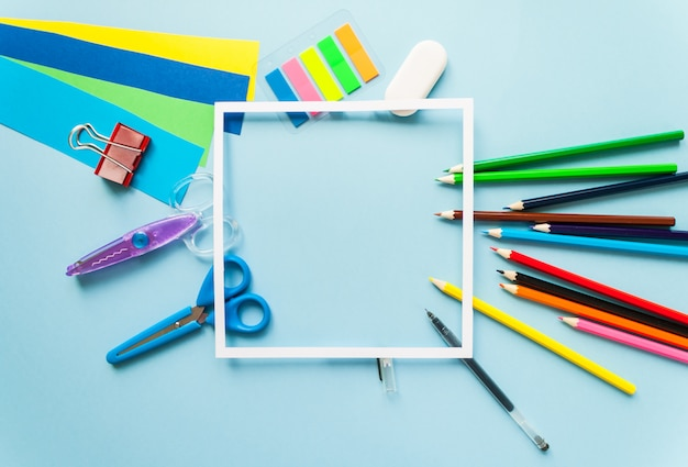 Material escolar com moldura, vista superior