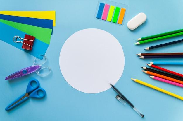 Material escolar com nota branca em branco ou cartão, vista superior