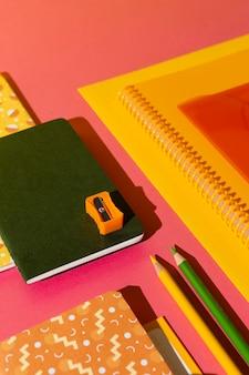 Material escolar de ângulo alto na variedade de mesa