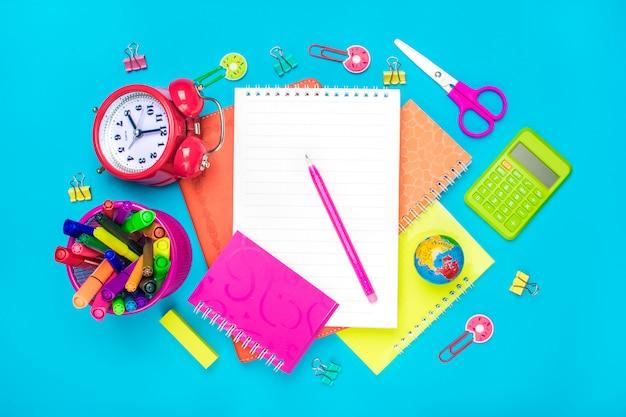 Material escolar-divisores, lápis, clipes de papel, nota, grampeador e bloco de notas, globo