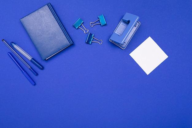Material escolar e de escritório, como bilhetes, canetas, lápis
