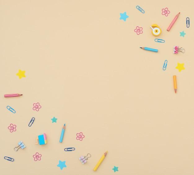 Material escolar e de escritório: lápis, clipes, papel para anotações, adesivos, borrachas em amarelo.