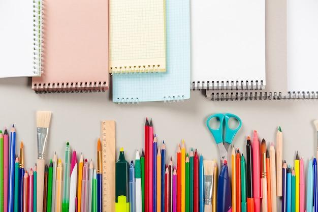 Material escolar e de escritório. vista do topo.