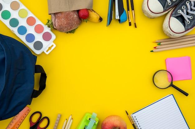 Material escolar e papelaria em círculo