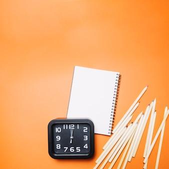 Material escolar e relógios