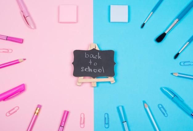 Material escolar e um quadro-negro com volta às aulas