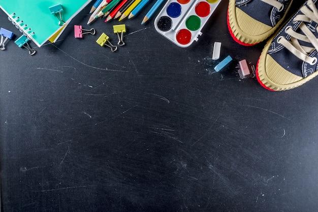 Material escolar educação no fundo do quadro-negro