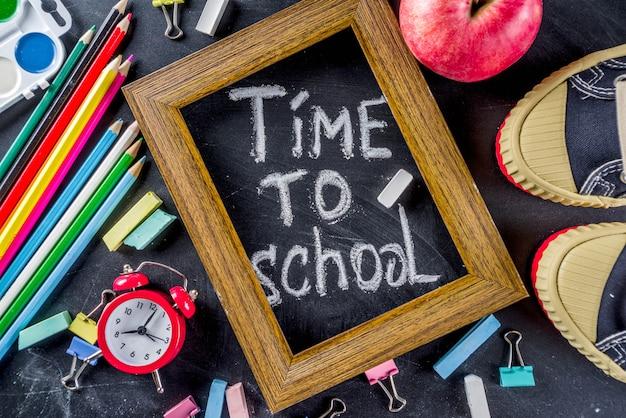 Material escolar educação no pano de fundo de quadro de giz