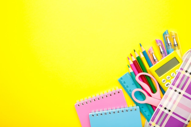 Material escolar em amarelo com espaço de cópia.