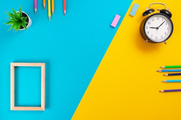 Material escolar em azul e amarelo com lugar para texto.