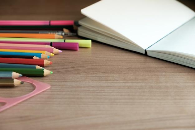 Material escolar em fundo de madeira