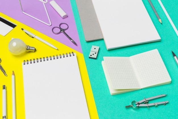 Material escolar em fundo de papel colorido