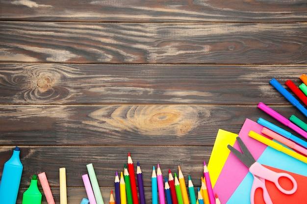 Material escolar em madeira marrom