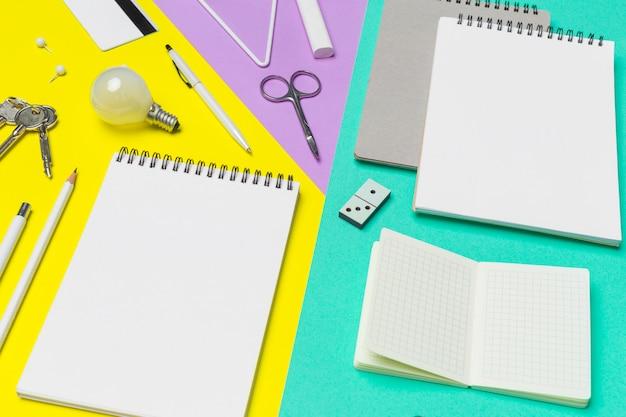 Material escolar em papel colorido