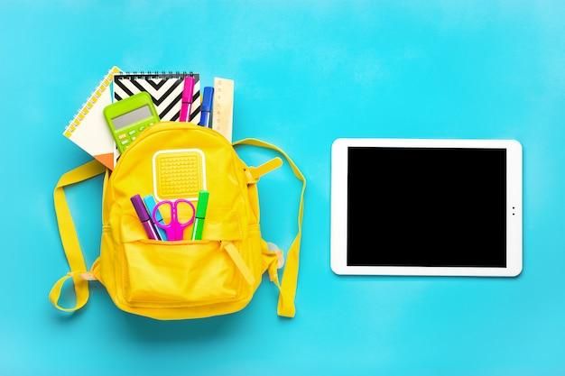 Material escolar em um fundo azul