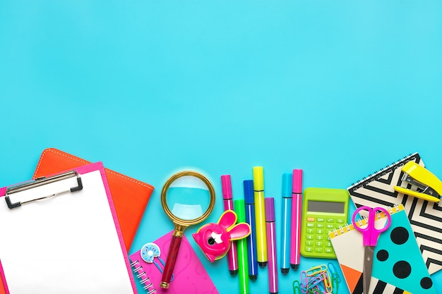 Material escolar em um fundo colorido