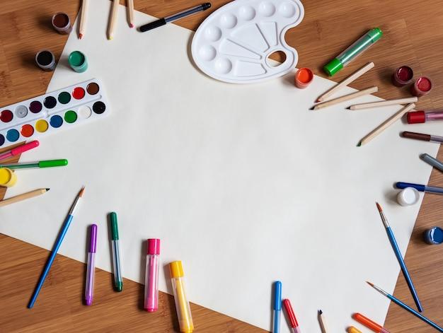 Material escolar em um fundo de mesa de madeira