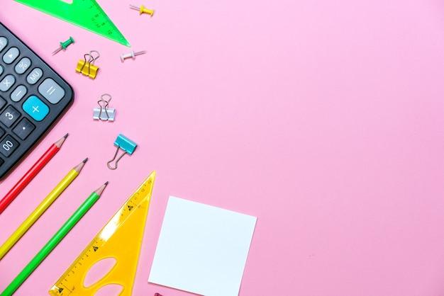 Material escolar em um fundo rosa para a escola ilustração criativa calculadora e artigos de papelaria ...