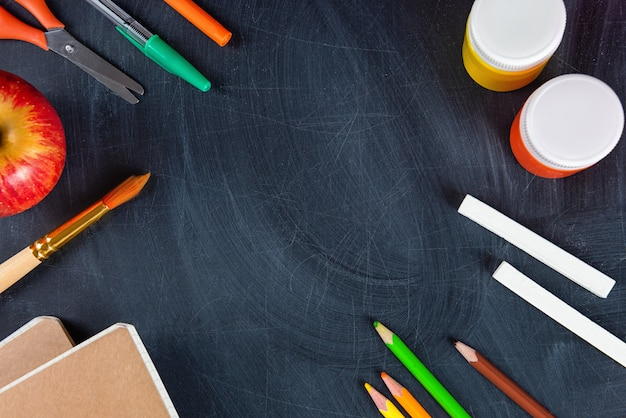Material escolar em um quadro negro
