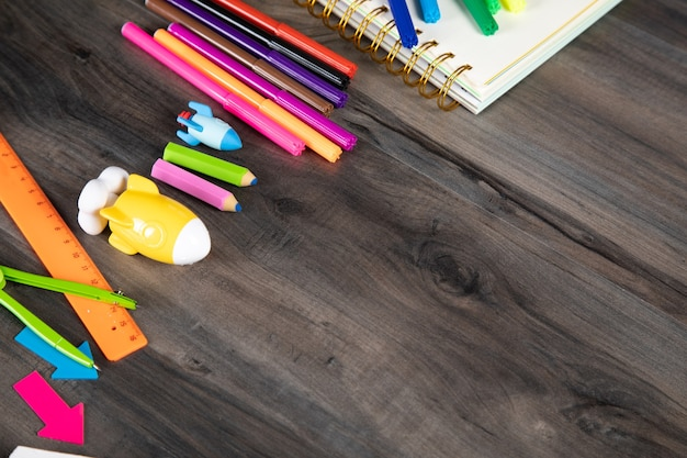 Material escolar em uma mesa de madeira