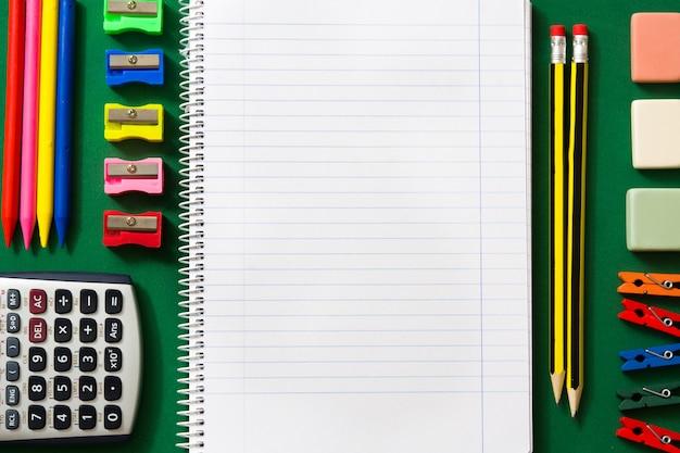 Material escolar em verde voltar ao conceito de escola copyspace.