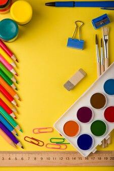 Material escolar isolado em amarelo