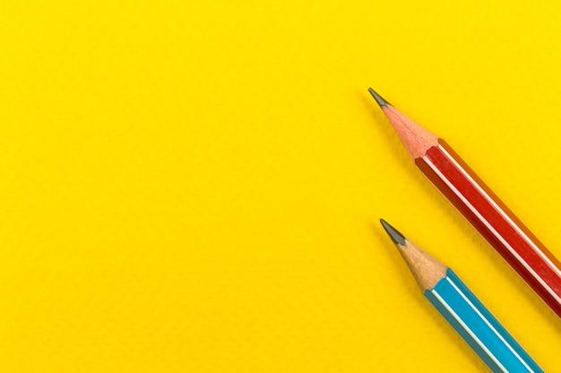 Material escolar, lápis afiados em um fundo amarelo da área de trabalho, cópia espaço, vista de cima, foto do conceito de volta às aulas