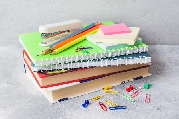 Material escolar, lápis de cadernos de livros