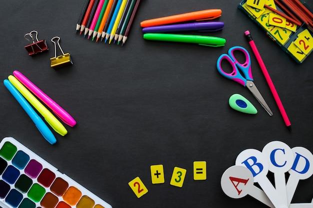 Material escolar, maquete em fundo de quadro-negro com copyspace