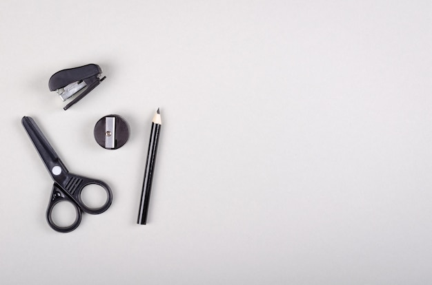 Material escolar na composição de fundo cinza. postura plana.