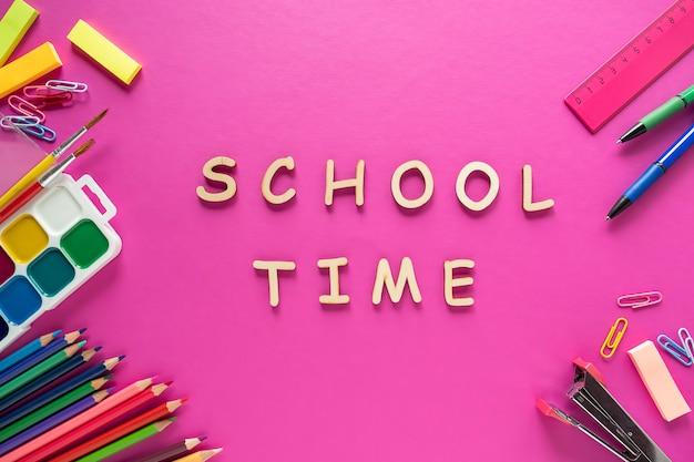 Material escolar na cor de fundo. volta ao conceito de escola. vista do topo