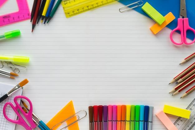 Material escolar na folha em um plano de fundo da régua