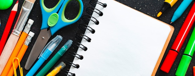 Material escolar na lousa, vista superior. espaço livre.