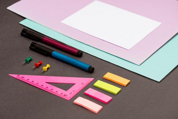 Material escolar na mesa cinza