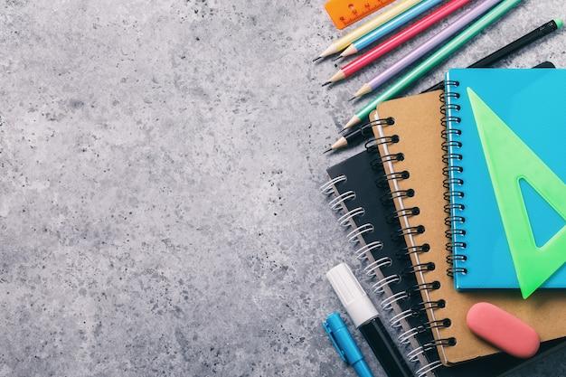 Material escolar na mesa com espaço de cópia