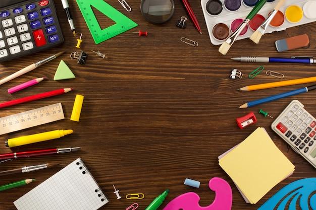 Material escolar na mesa de madeira