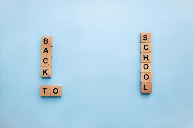 Material escolar na mesa. volta ao conceito de escola.