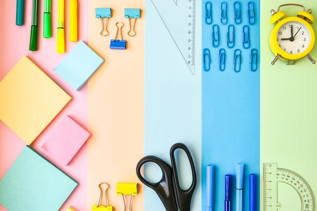 Material escolar na moldura com papel colorido