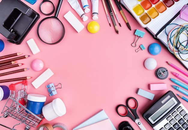 Material escolar na vista superior rosa, plana leigos