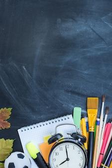Material escolar no fundo do quadro de professores