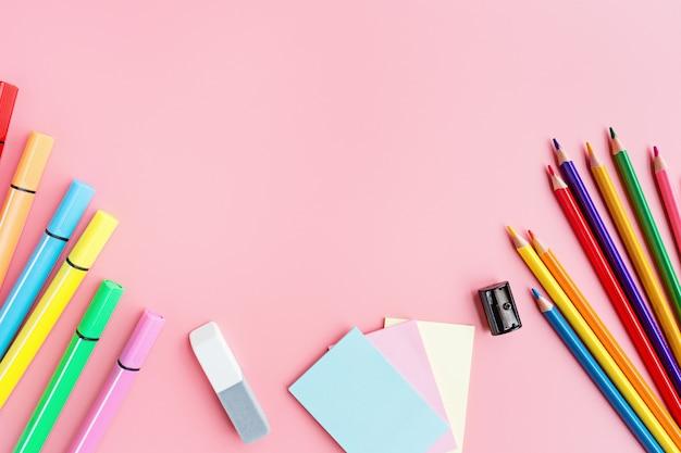 Material escolar papelaria no fundo rosa